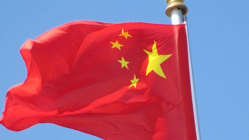 Mulher enterrada pelo filho na China resgatada com vida três dias depois