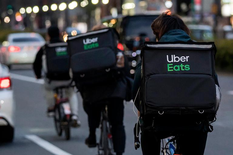 Acidentes com entregadores do Uber e uso de bicicletas em rodovias expressas continuam