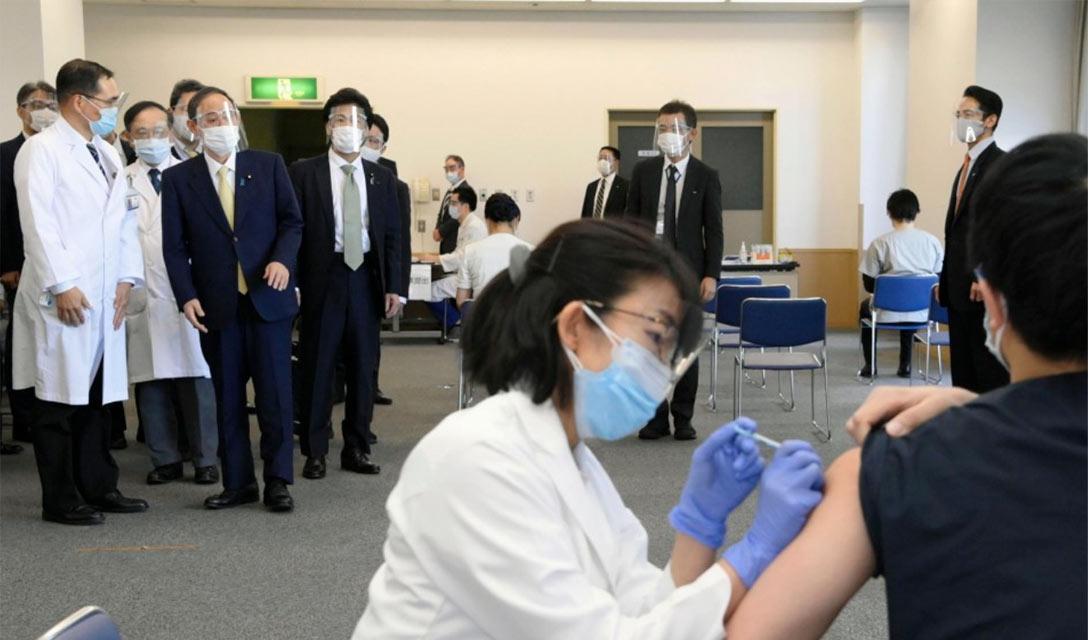 Primeiro ministro inspeciona vacinação contra o coronavírus em hospital de Tóquio