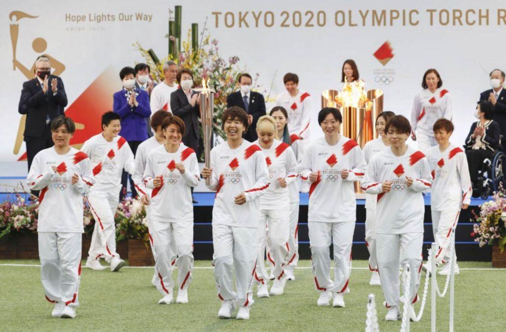 Revezamento da tocha olímpica inicia sua jornada pelo Japão