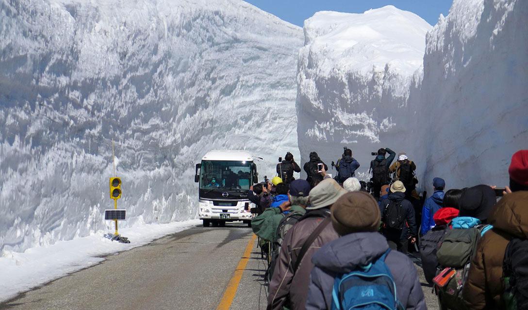 Rota alpina japonesa com paredes de neve reabre aos visitantes
