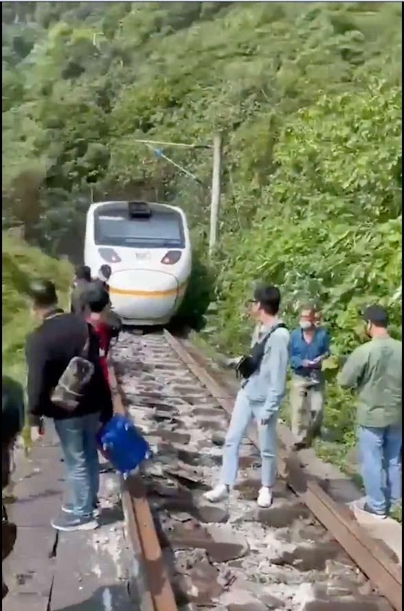 Trem que transportava 350 passageiros descarrila em Taiwan