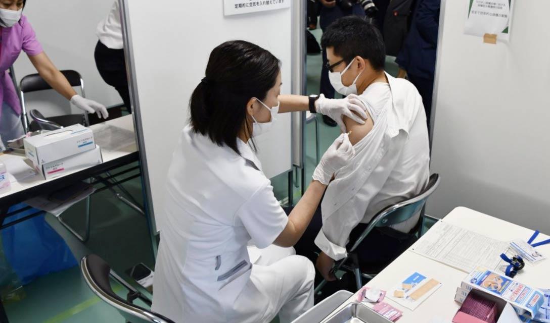 Centenas de empresas no Japão se inscrevem para vacinação no local