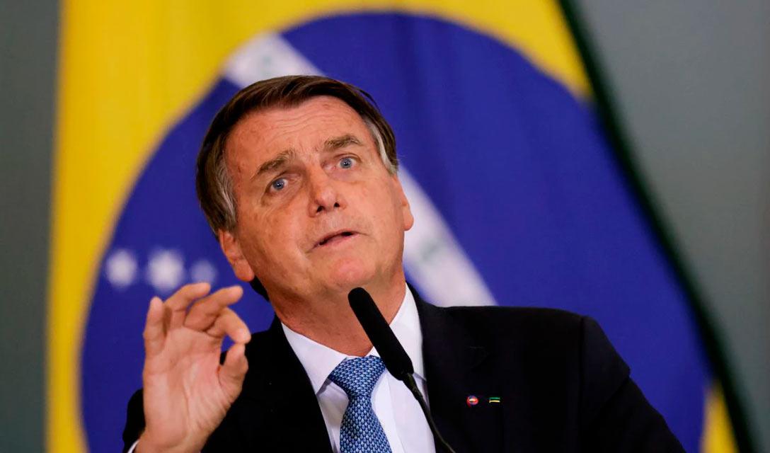 Presidente não vacinado do Brasil perde partida de futebol